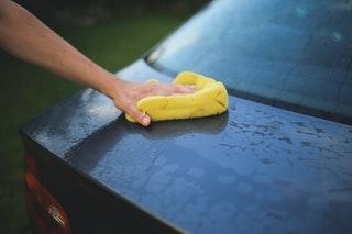 Autó tisztítása autómosóban